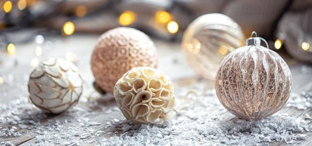 Fondo festivo con bolas de navidad y luces bokeh borrosas