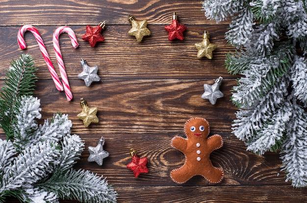 Fondo festivo de navidad con juguetes y ramas de los árboles
