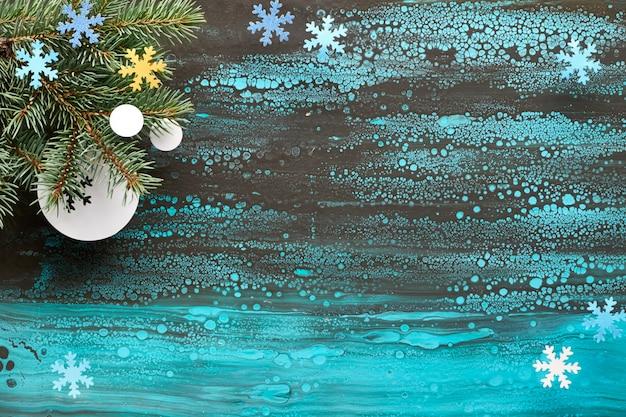 Fondo festivo de navidad con ramas de abeto y decoraciones de papel sobre fondo de arte fluido, espacio de copia