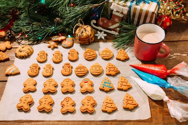 Fondo festivo de panadería navideña. arte culinario con glaseado de galletas de jengibre caseras.