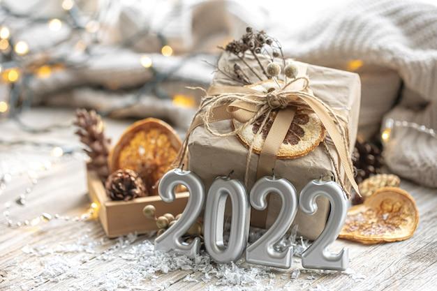 Fondo festivo con regalo de navidad y números.