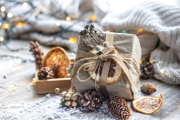 Fondo festivo con regalo de navidad sobre fondo borroso con bokeh