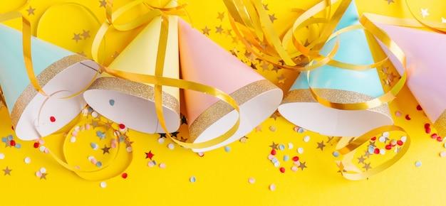 Fondo de fiesta de cumpleaños en amarillo