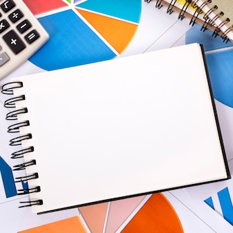 Fondo financiero con cuaderno en blanco