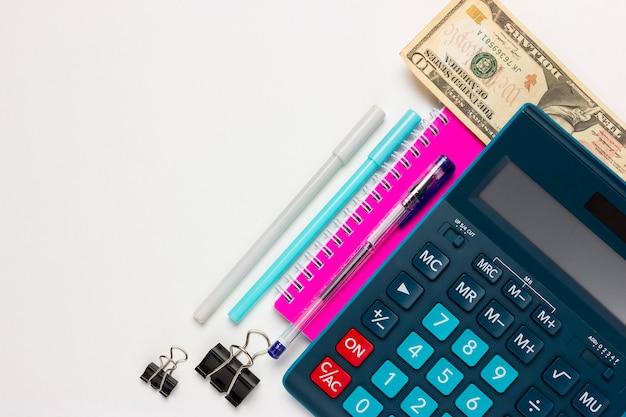 Fondo financiero o contable con lugar para el texto. calculadora, material de oficina, 10 dólares.