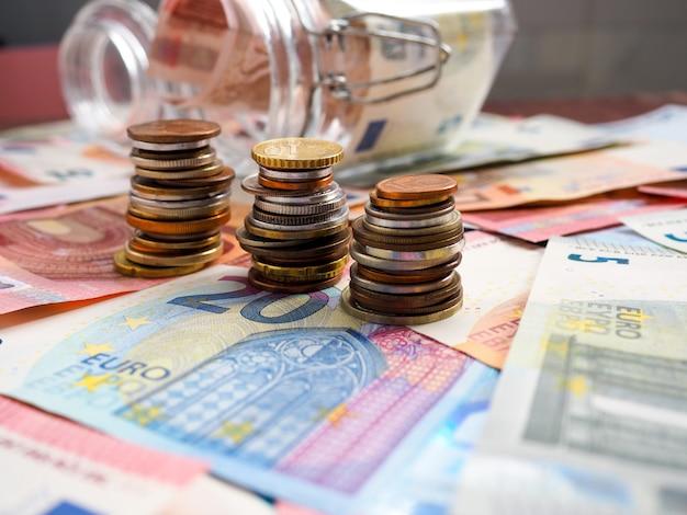 Fondo de finanzas con dinero y pc.