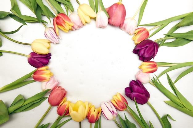 Fondo floral con copia espacio flatlay marco de tulipanes día de la mujer tarjeta de felicitación del día de la madre