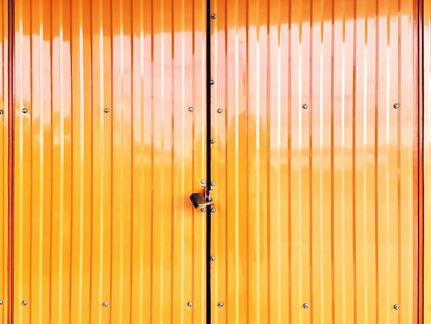 Fondo de fotograma completo de puerta de persiana amarilla corrugada bloqueada