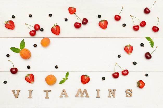 Fondo de frutas y bayas sobre un fondo blanco.