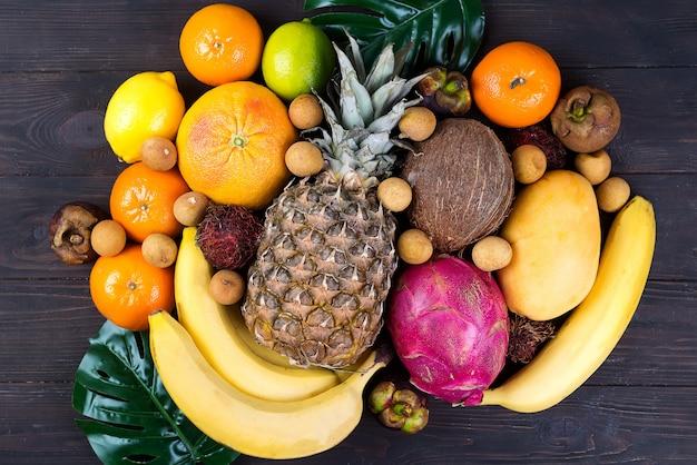 Fondo de frutas tropicales, muchas frutas tropicales maduras coloridas