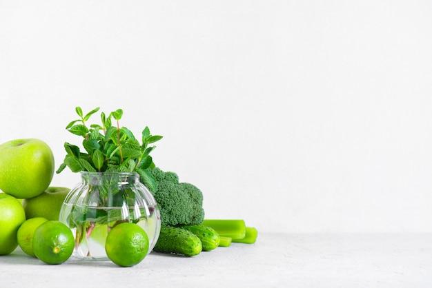 Fondo con frutas y verduras verdes frescas