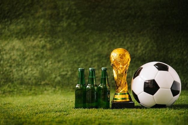 Fondo de fútbol con cerveza y copyspace a la izquierda