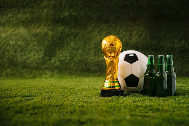 Fondo de fútbol con cerveza y copyspace