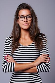 Fondo gris y mujer con gafas negras