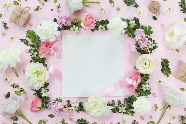 Fondo de guirnalda de marco de flores y hojas, vista plana, vista superior
