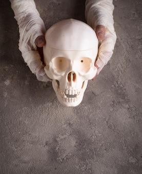 Fondo de halloween con cráneo y mano de momia