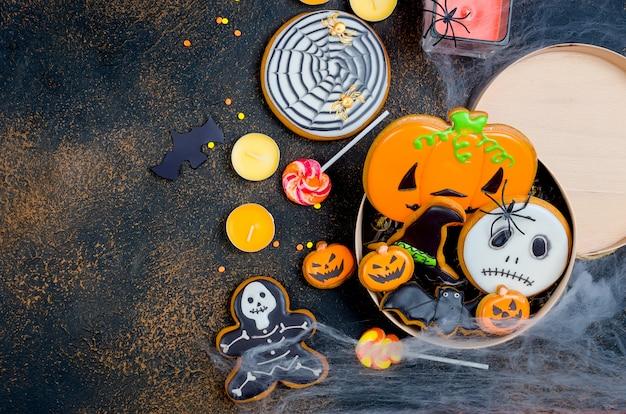 Fondo de halloween con pan de jengibre, calabazas y velas