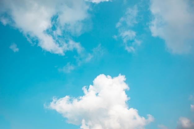 Fondo hermoso del cielo azul y de las nubes al aire libre el verano.