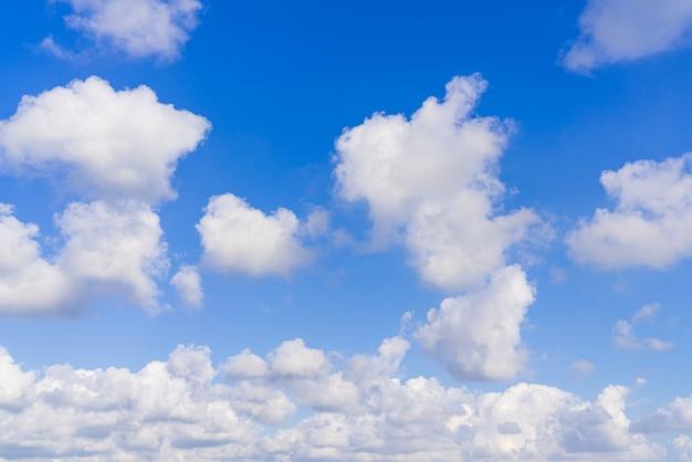 Fondo hermoso cielo azul con nubes