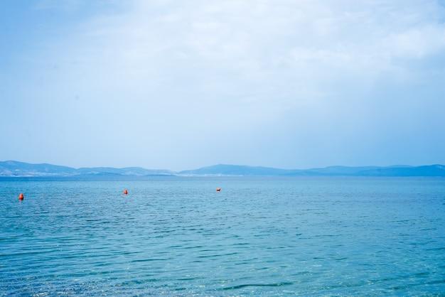 Fondo hermoso de la naturaleza misteriosa con del océano contra las montañas brumosas