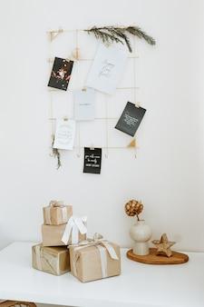 Fondo de hogar con cajas de regalo con obsequios envueltos en papel kraft y decorados con una hermosa cinta.