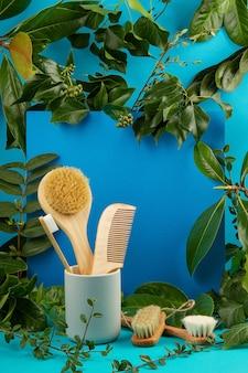 Fondo con hojas frescas y plantas frescas y utilidades de baño sin desperdicio