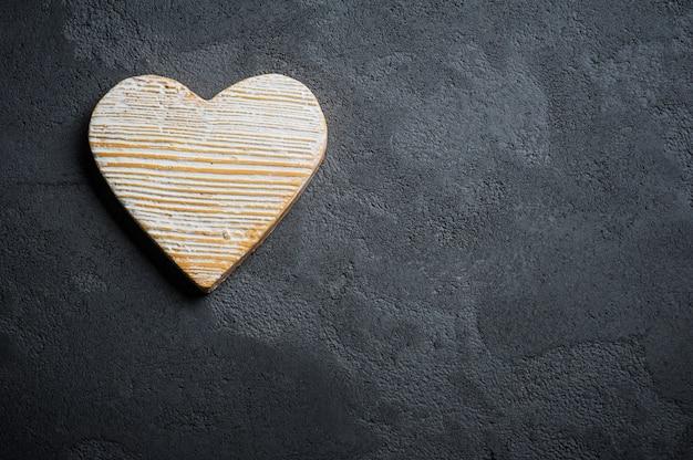 Fondo de hormigón negro con corazón de piedra