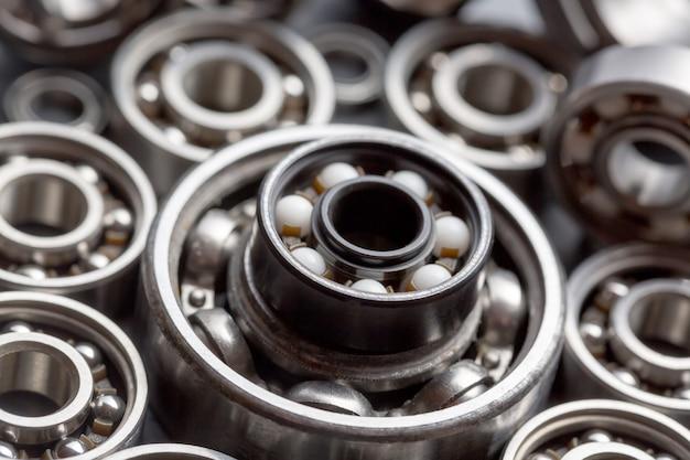Fondo industrial de maquinaria y tecnología con un grupo de varios rodamientos de bolas.