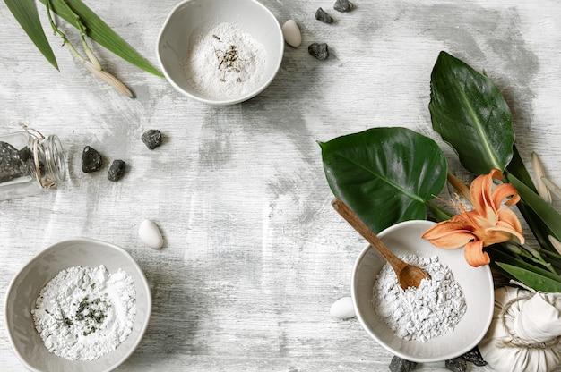 Fondo con ingredientes naturales de consistencia en polvo para realizar una mascarilla para el cuidado de la piel, confeccionando una mascarilla en casa.