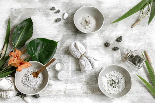 Fondo con ingredientes naturales para hacer una mascarilla para el cuidado de la piel, haciendo una mascarilla en casa.