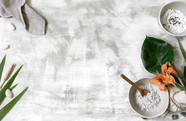 Fondo con ingredientes naturales para la preparación de una mascarilla para el cuidado de la piel, preparación de una mascarilla a partir de polvo.