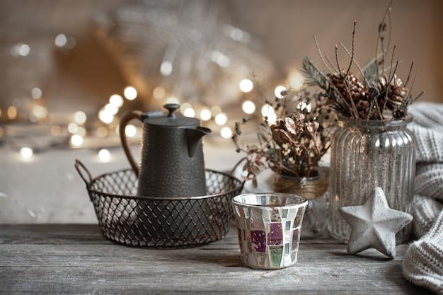 Fondo de invierno acogedor con detalles de decoración del hogar sobre un fondo borroso con espacio de copia de luces.