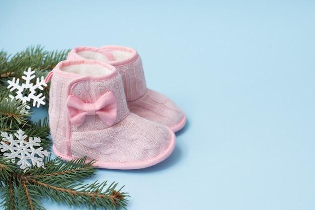 Fondo de invierno azul bebé con zapatos oink y decoración de navidad, espacio de copia. vacaciones infantiles