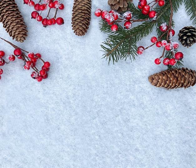 Fondo de invierno vacaciones de navidad elementos naturales copie el espacio en la nieve