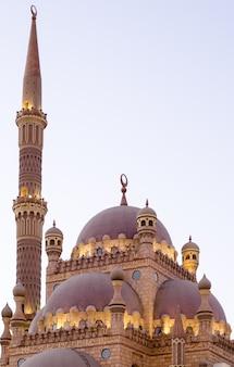 Fondo islámico con minaretes de la mezquita de al sahaba en sharm el sheikh contra el cielo brillante del atardecer de ramadán