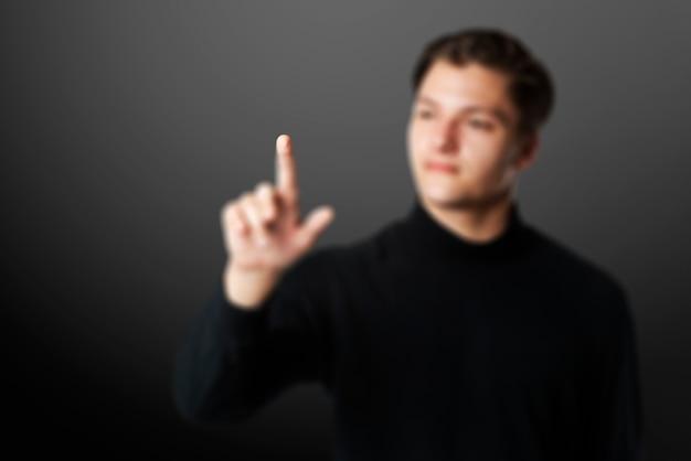 Fondo de joven empresario tocando tecnología inteligente de pantalla invisible