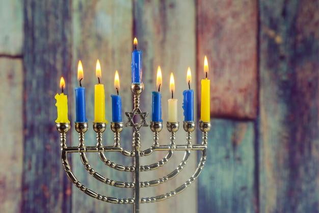 Fondo judío de hanukkah festivo con menorah candelabros tradicionales
