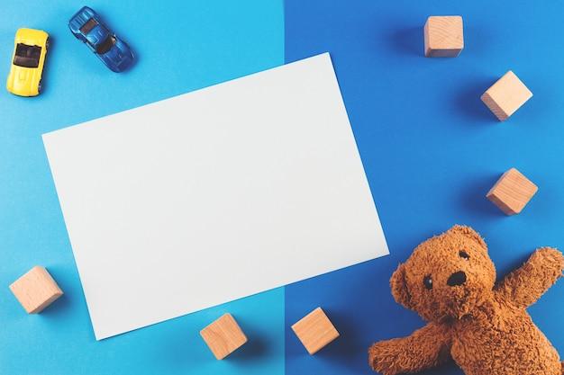 Fondo de juguetes para niños con osito de peluche, autos y bloques de madera