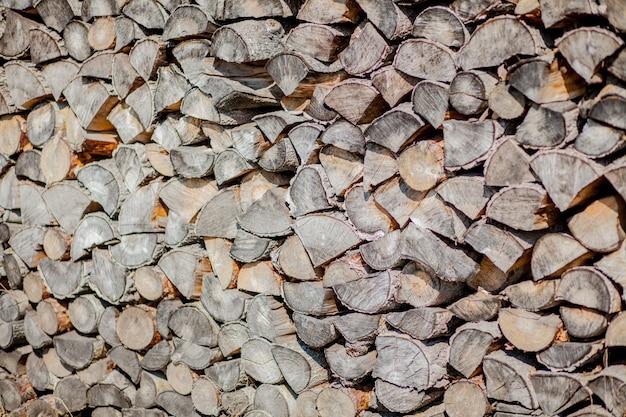 Fondo de leña, leña de pared, fondo de troncos de leña picada seca en una pila.