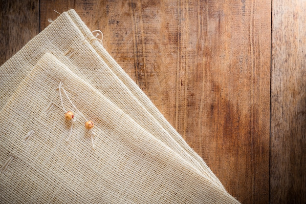 Fondo de madera con bolsa de tela de saco.