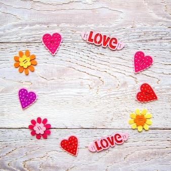 Fondo de madera con corazones y palabras