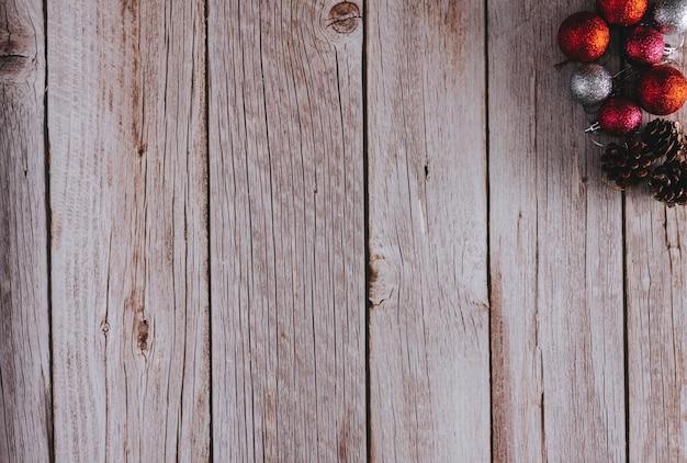 Fondo de madera con decoración navideña. copie el espacio. enfoque selectivo.