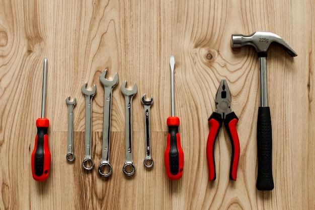 Fondo de madera con diferentes herramientas