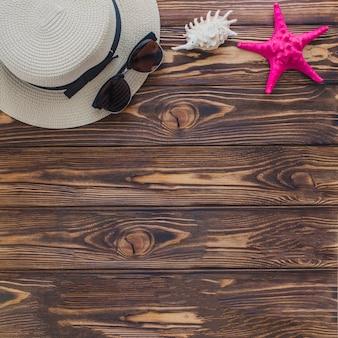 Fondo de madera con espacio en blanco y varios objetos veraniegos