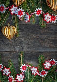 Fondo de madera gris de navidad con juguetes y una guirnalda.