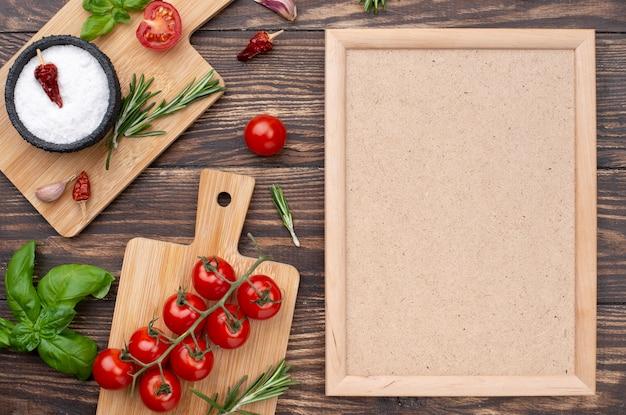 Fondo de madera con ingredientes para cocinar.