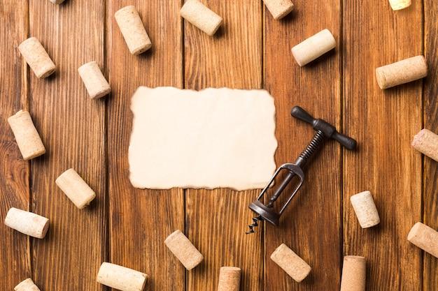 Fondo de madera lleno de corchos.