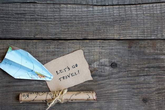 Fondo de madera, mapa, texto de viaje.