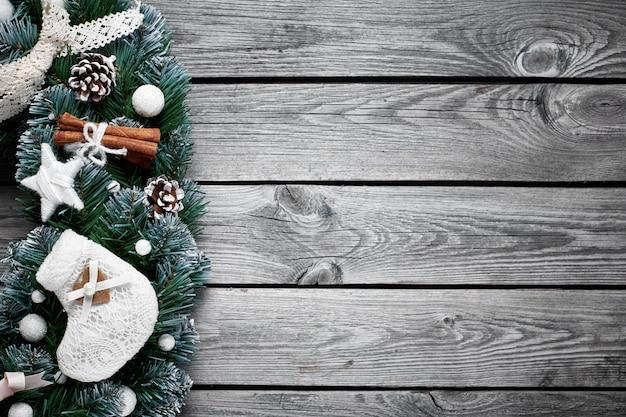 Fondo de madera de navidad con abeto de nieve