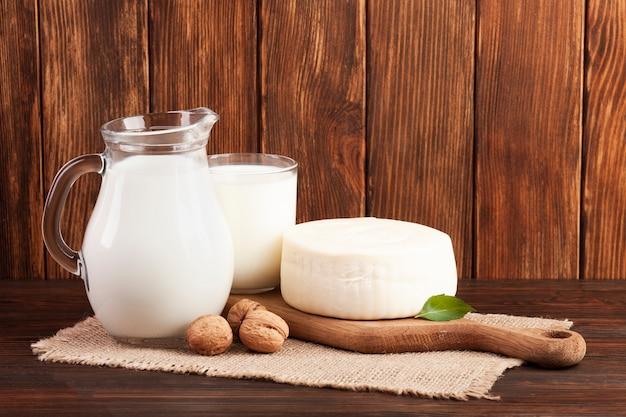 Fondo de madera con productos lácteos.